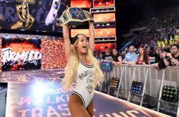 Carmella evita responder preguntas sobre John Cena