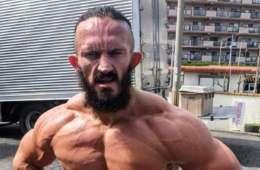 Neville niega el uso de esteroides en su nuevo cambio físico