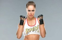 Ronda Rousey usa el superman punch de Roman Reigns
