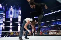 Seth Rollins aplica un curb stomp a Dean Ambrose en un live show y se queda en el ring durante 15 minutos