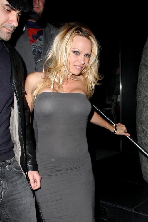 Pamela Anderson sexy en tenue de soire  PlaneteBuzz