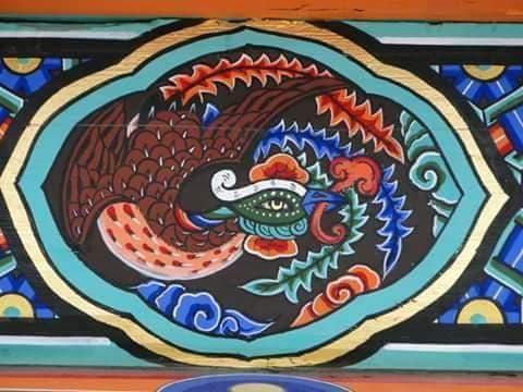 C'est une représentation du Phœnix rouge dans la polychromie coréenne dancheong.