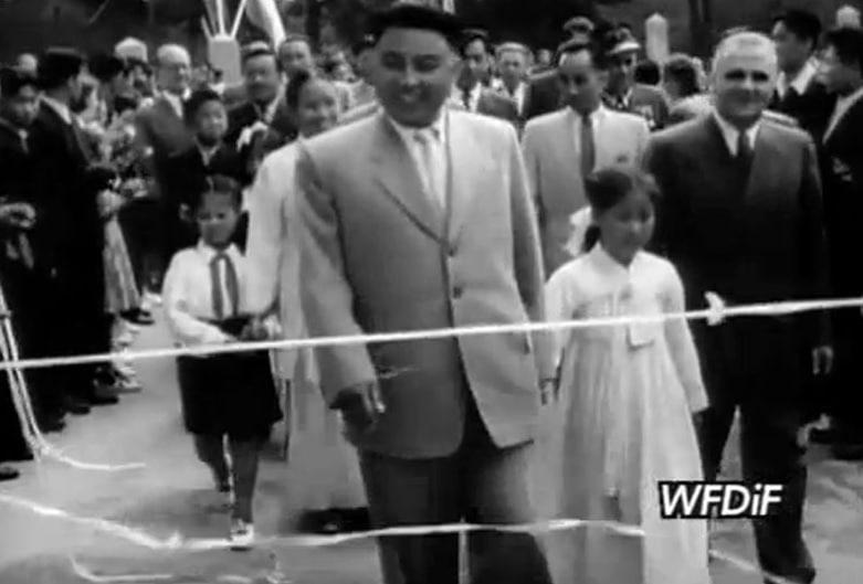 Kim Il-Sung pendant sa visite à Świder, le 4 juillet 1956 (les orphelins nord coréen)