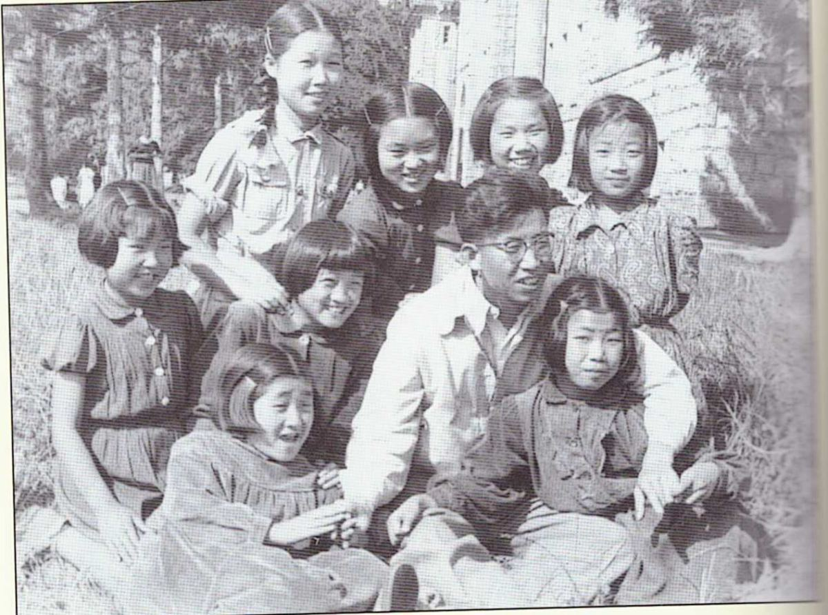 Les enfants coréens avec l'un de leurs surveillants. Au fil du temps, les Coréens se sentaient de plus en plus à l'aise et se permettaient des gestes de tendresse, Płakowice. (les orphelins nord coréen)