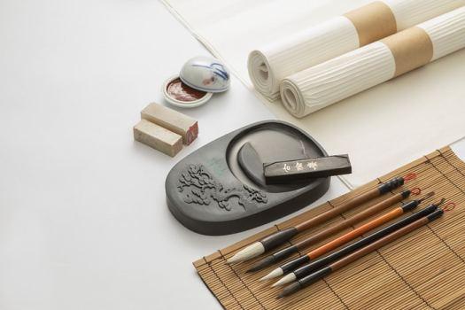 Ce sont les quatre trésors du lettré confucéen : le papier, le pinceau, l'encre et la pierre à encre.