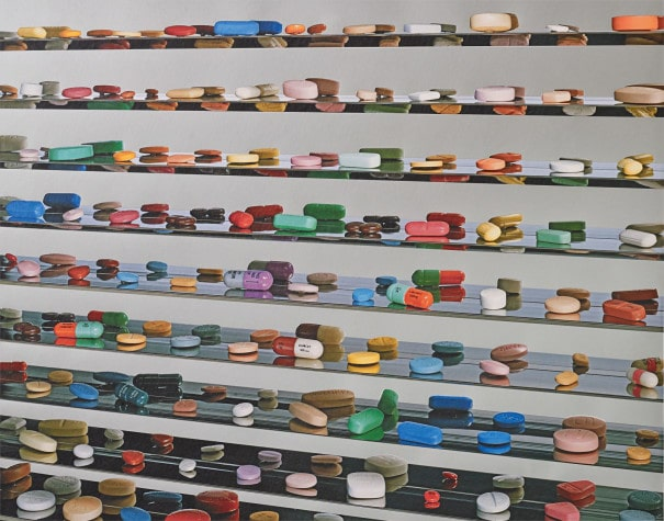 C'est une œuvre d'art contemporain : « Utopia », Damien Hirst, 2012, soi-disant « armoire à pharmacie ».