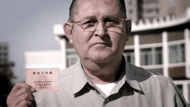 Joe Dresnok avec sa carte nationale d'identité nord coréens
