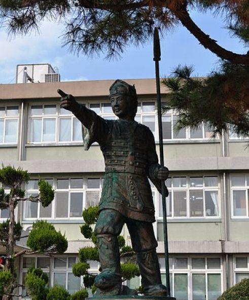 Statue représentant un guerrier hwarang devant une école en Corée du Sud.