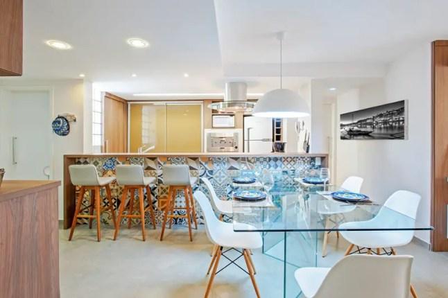 Un salon avec cuisine ouverte en tons joyeux