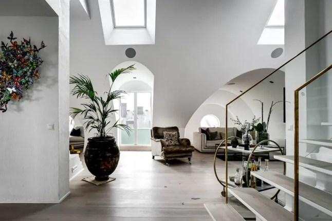 Un appartement sur deux niveaux avec vue sur les toits de Stockholm