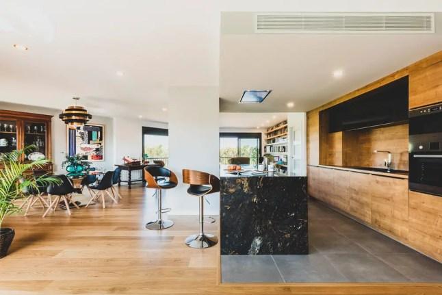 La rénovation d' une maison contemporaine pleine de lumière