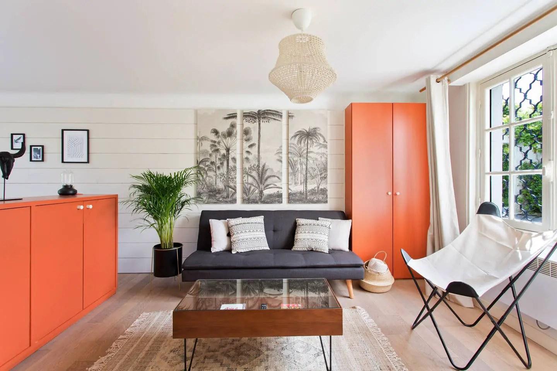 Un aménagement astucieux pour dissimuler le lit dans un studio
