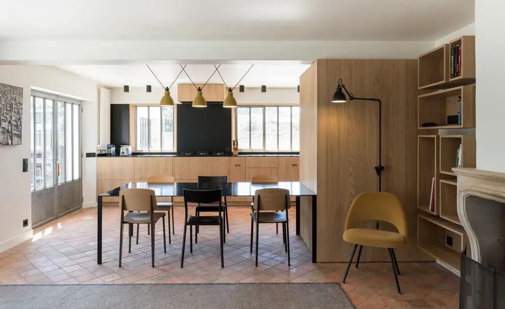 Une cuisine et un salon au design minimaliste mais chaleureux
