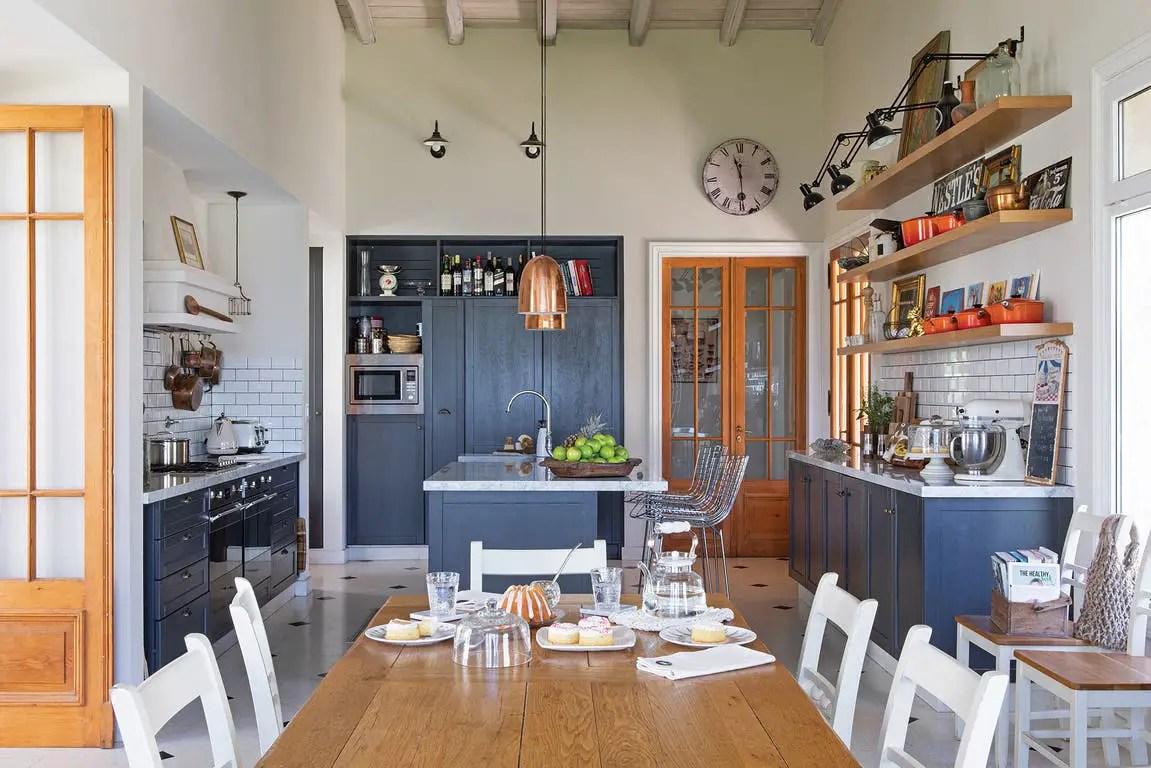 Une cuisine au design campagne anglaise mais ailleurs ...