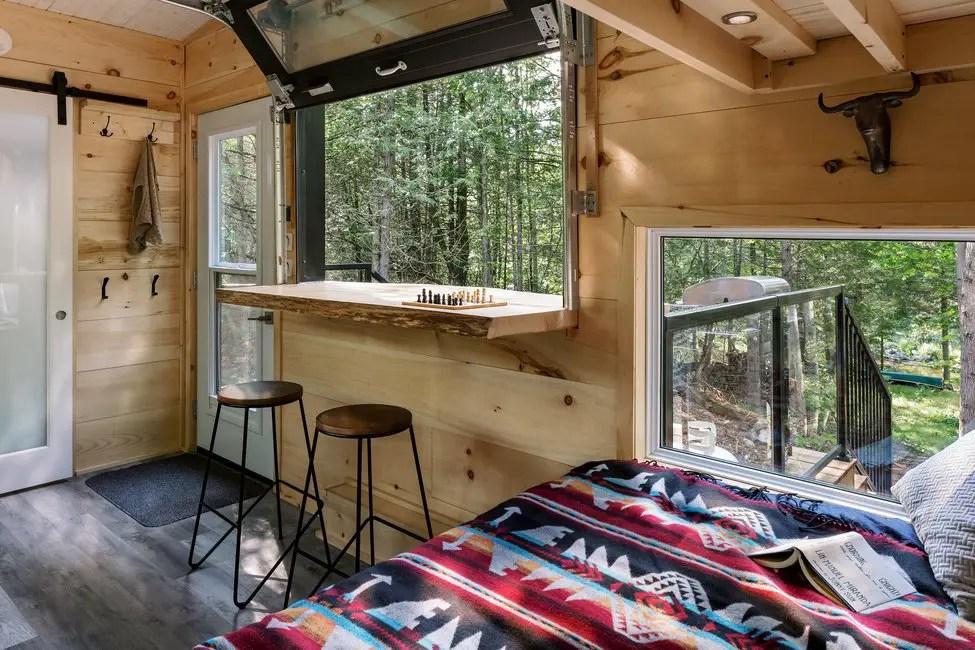 Une petite cabane contemporaine en bois de 22m2 au bord d'un lac