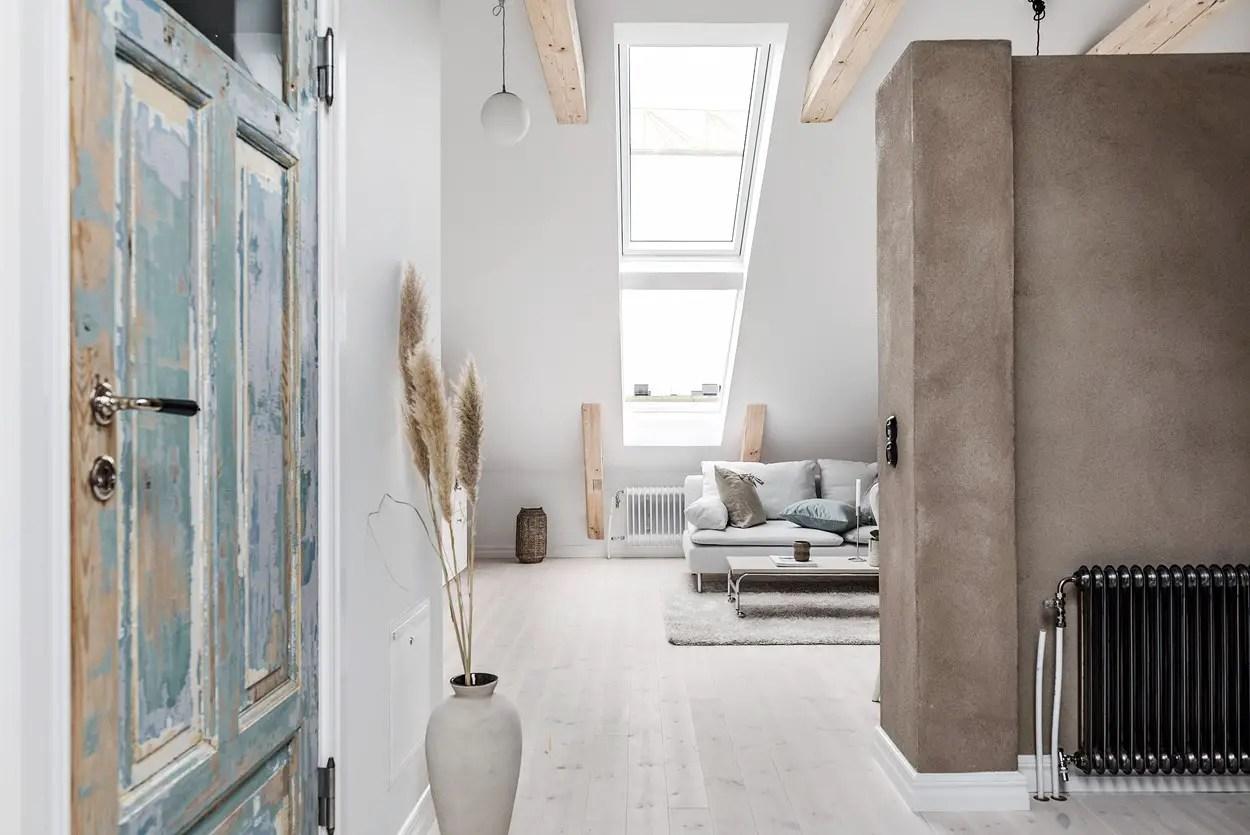 Cet appartement de deux-pièces de 27m2 au design doux est installé dans les combles