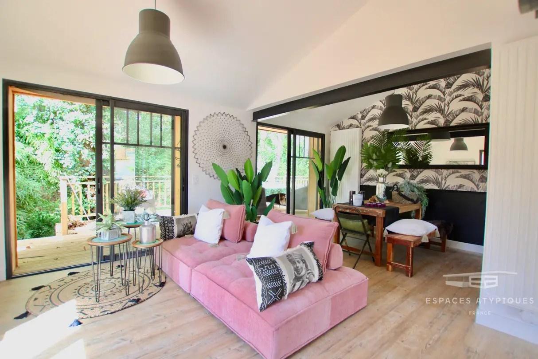 Une décoration à l'esprit urbain dans une maison en bois avec piscine près des plages