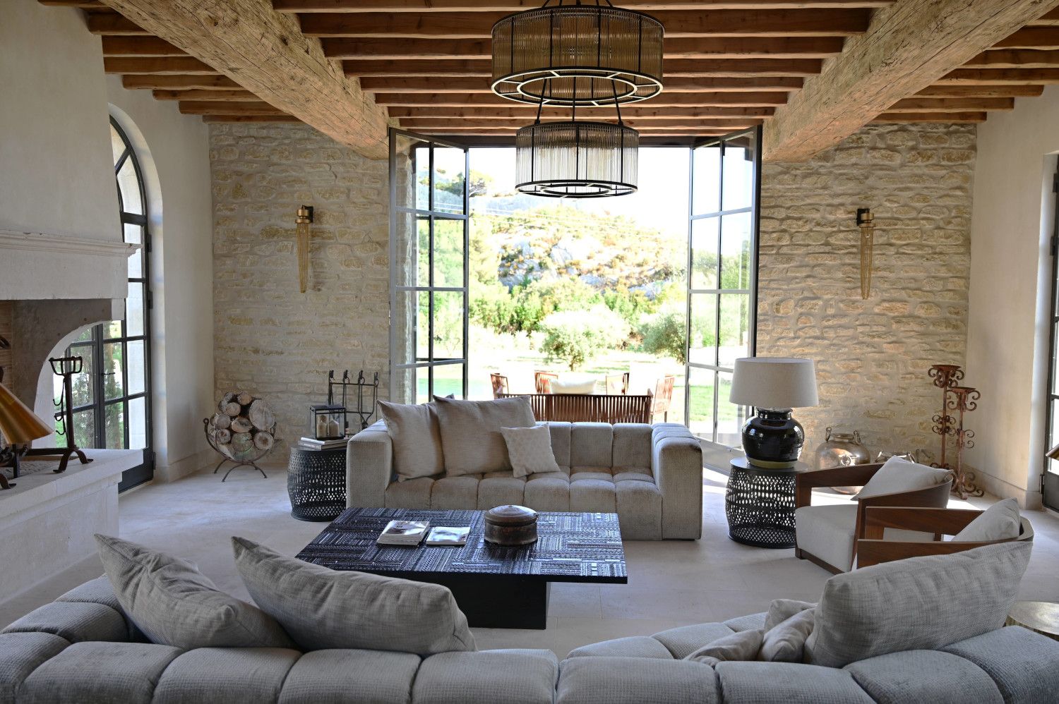 La rénovation d'un mas provençal dans les Alpilles en style contemporain - PLANETE DECO a homes world