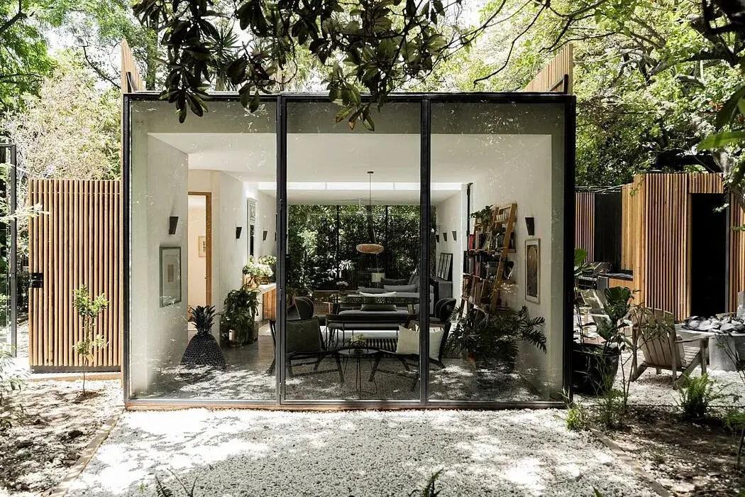 Une maison design en bois et vitrée d'architecte intégrée à son environnement - PLANETE DECO a homes world