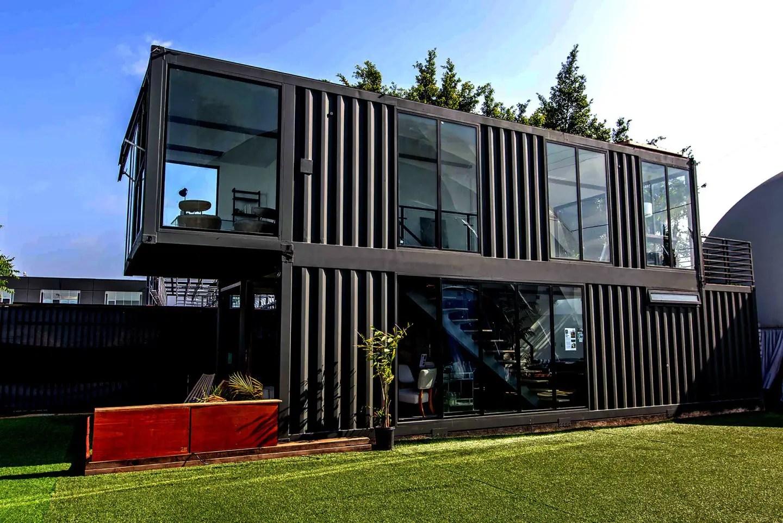 Cette maison container de 115m2 est préfabriquée et autosuffisante - PLANETE DECO a homes world