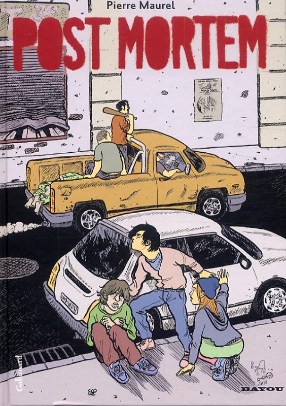 des ados qui se cachent derrière une voiture