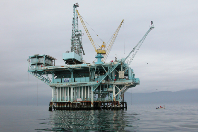 Offshore oil platform. (Photo: Doc Searls / Wikimedia Commons)