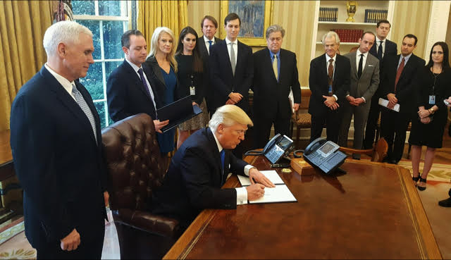 President Trump signs an executive order to advance the contraction of the Dakota Access and Keystone XL pipelines on January 24, 2017. (Photo: Wikimedia Commons)