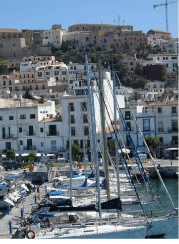 Il borgo di Ibiza visto dal porto turistico