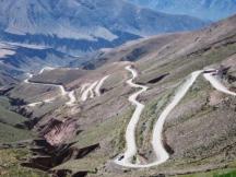 """La strada verso """"Salinas Grandes"""", vista dal passo a 4000 m. di altitudine, provincia del Nord-Ovest"""