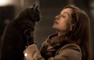 A protagonista de Elle, Michèle, segurando seu gato.