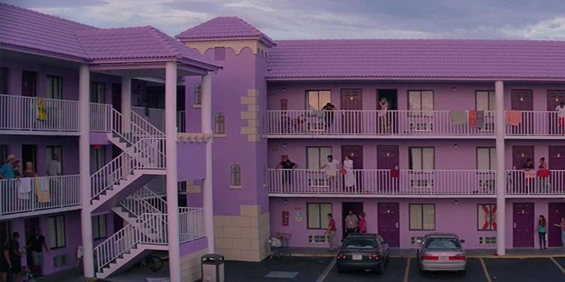 """As torres do motel emulam as de um castelo, criando o triste paralelo entre os marginalizados e o reino """"encantado"""" da Disney."""