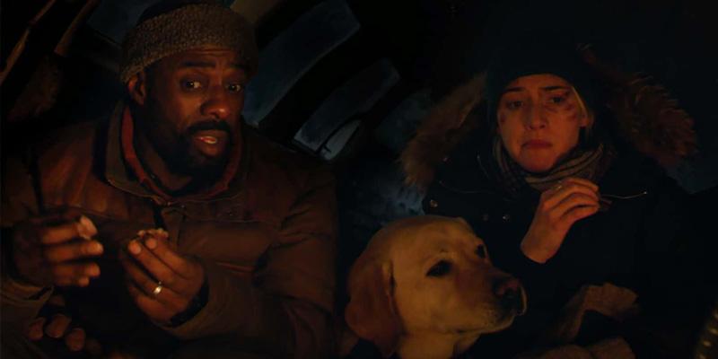 Ben, Alex e o cachorro de Walter descansam diante de uma fogueira.