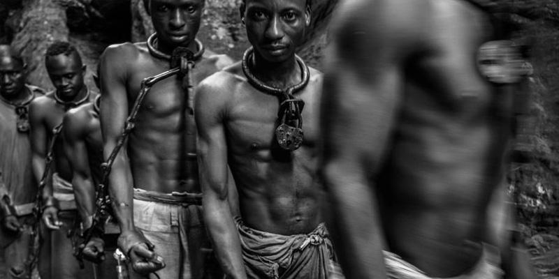 Escravos enfileirados.