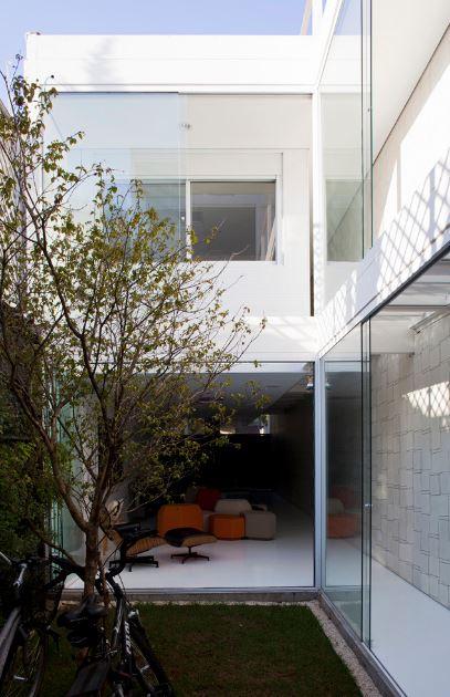 Diseo de casa de dos pisos construida en terreno largo y angosto descubre amplios y modernos interiores  Planos de Arquitectura