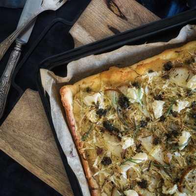 Ein Wohlfühlwinter Rezept: Herbstliche Spitzkohl Pizza mit Birnen