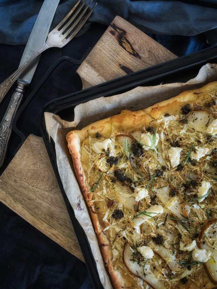 Spitzkohl Pizza mit Birnen