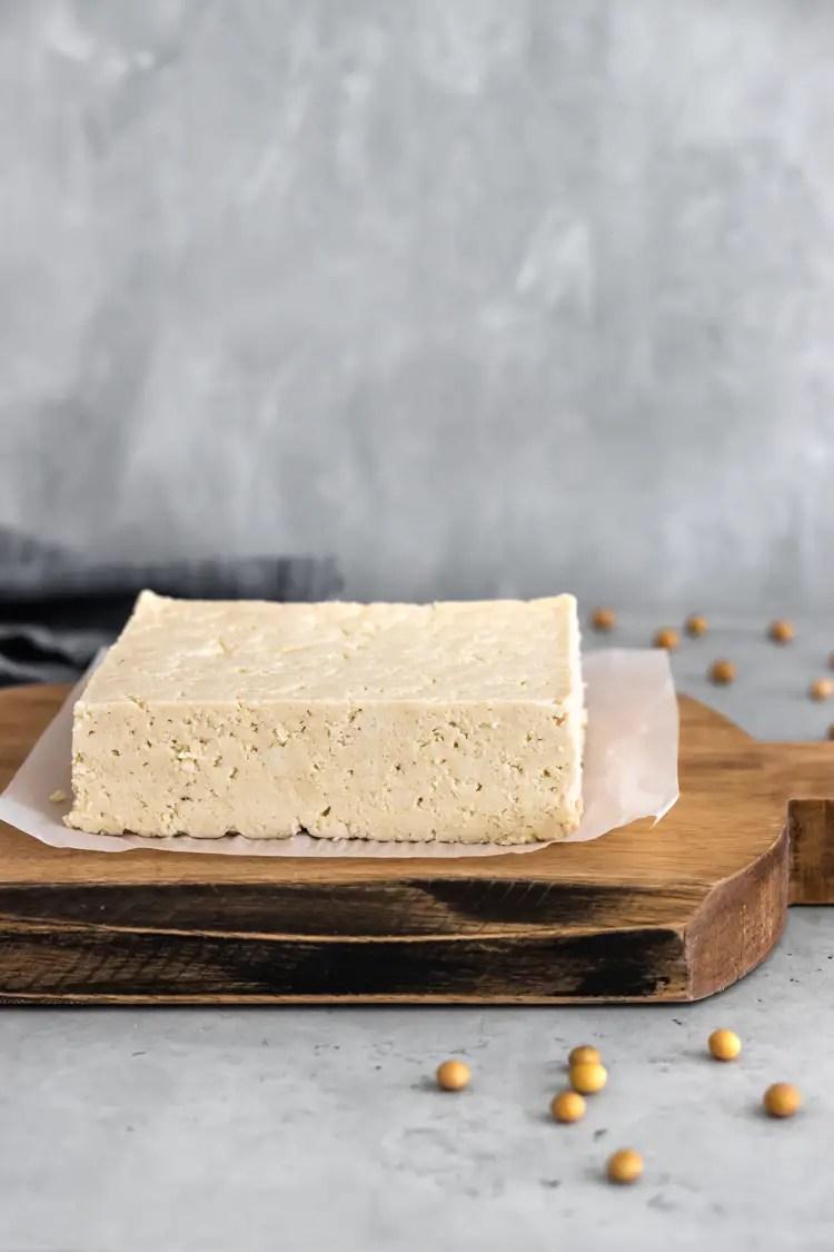 tofu caseiro em uma tábua de madeira