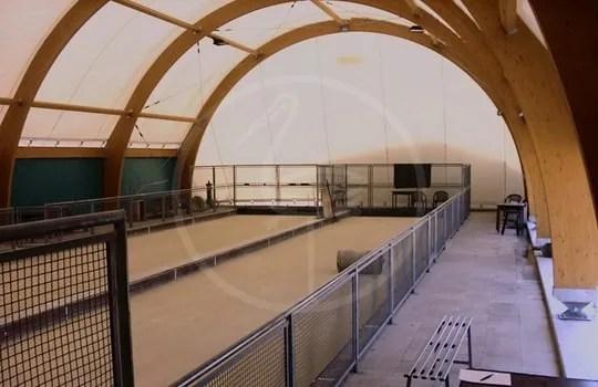 Zeltkonstruktion mit Holzbögen für Bocciabahnen