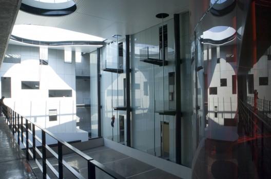 Interior de la Estación de Bomberos Ave Fenix / AT 103 + BGP Arquitectura (Foto: Plataforma Arquitectura)
