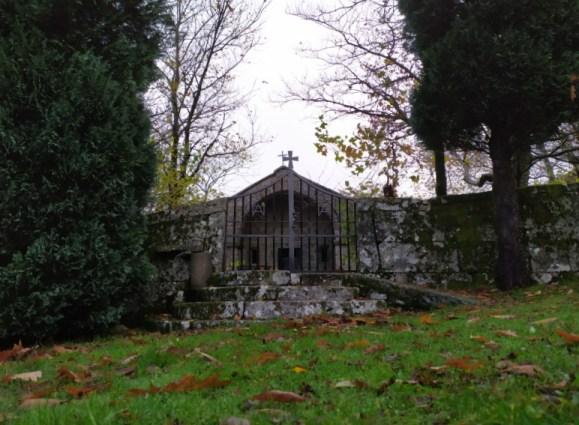 La imagen tiene un atributo ALT vacío; su nombre de archivo es capilla.jpg