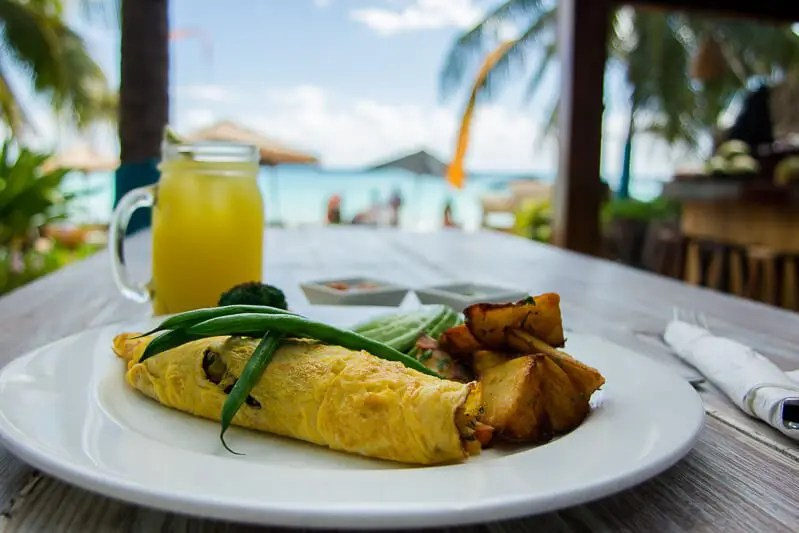 Omelet with drink at inti beach club