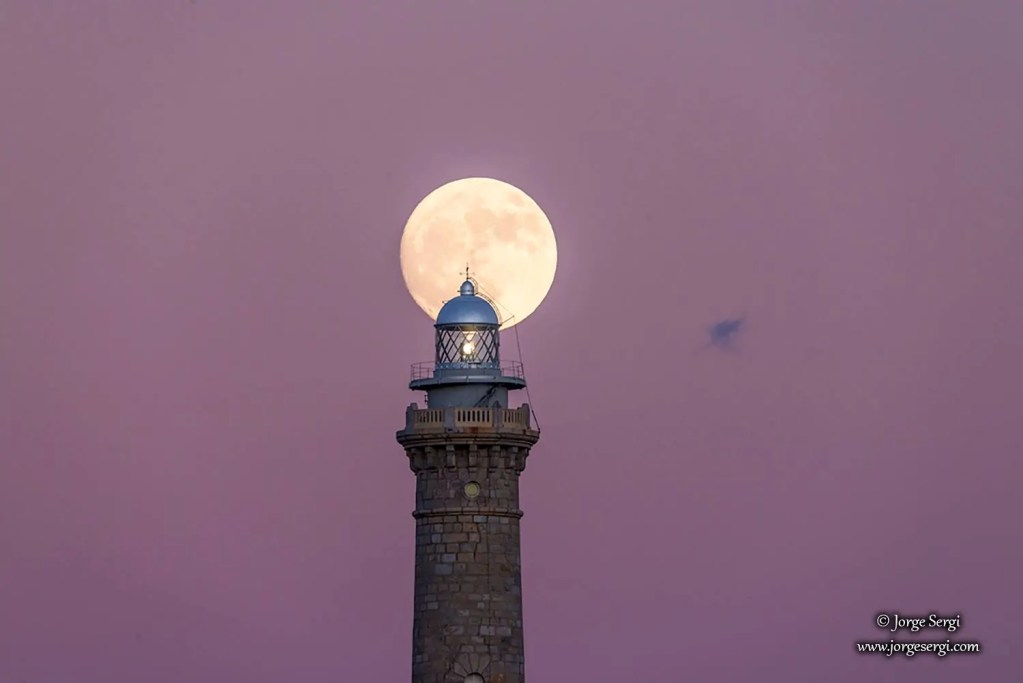 Faro de Cabo de Palos and the moon