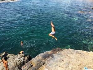 Saltando de las rocas en Cabo de Palos