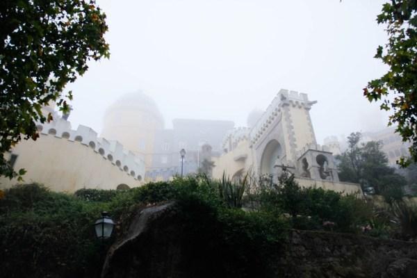 霧に包まれたペーナ宮殿