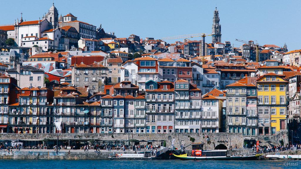 カラフルなポルトの町並み/ポルトガル
