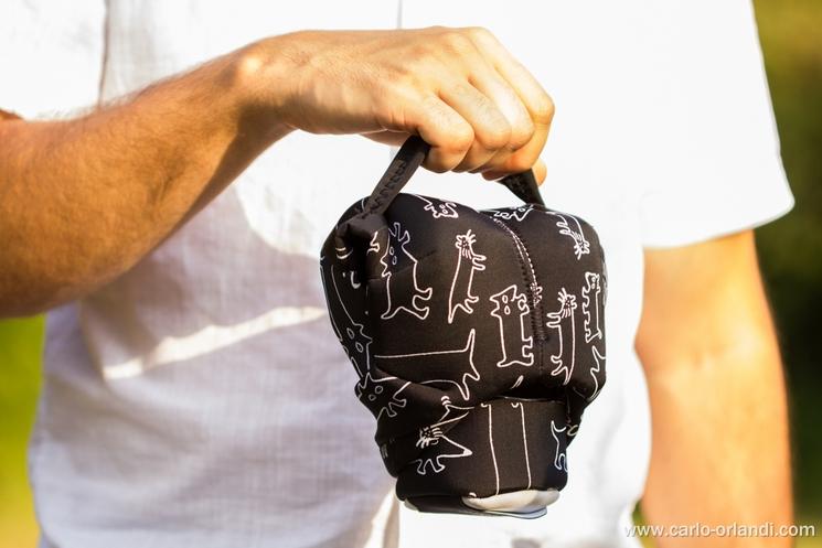 Il Grip&Wrap tenuto dalla maniglia in modalità custodia
