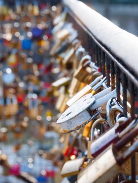 love-lock-on-a-bridge-in-paris-PZQDEUC.png
