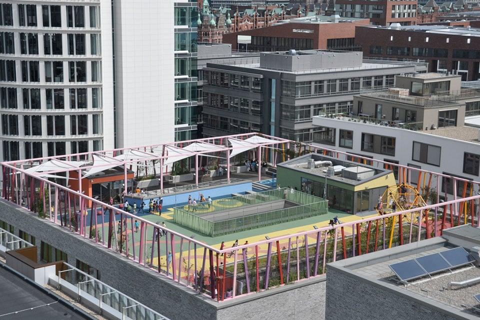 Une aire de jeux sur le toit d'une école à Hambourg