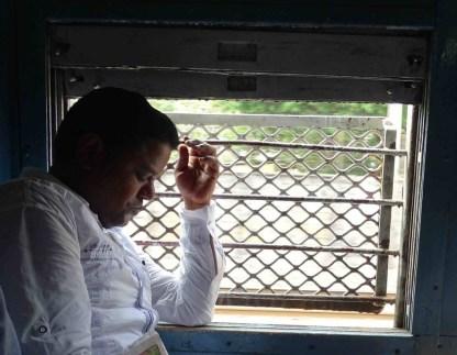 Un Indien dort dans un train a Mumbai en Inde