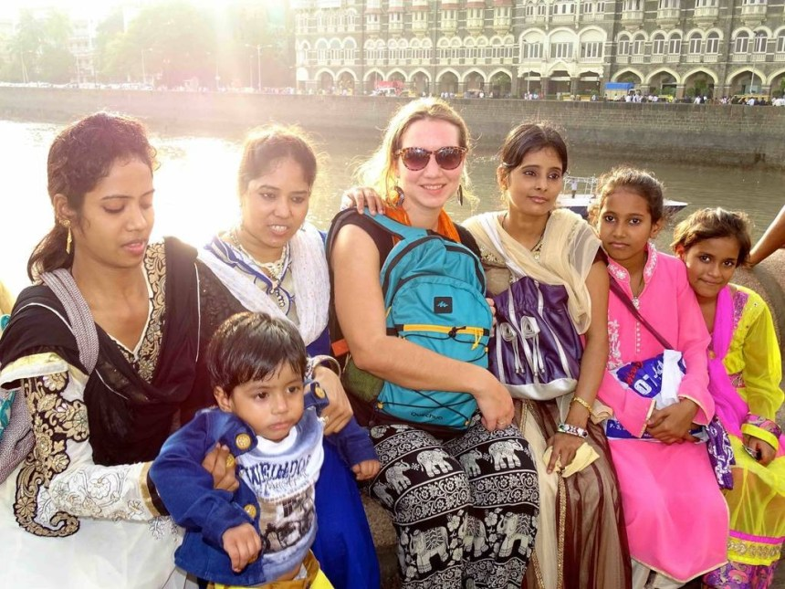 Une touriste et des indiennes devant le taj Mahal hotel a Mumbai en Inde